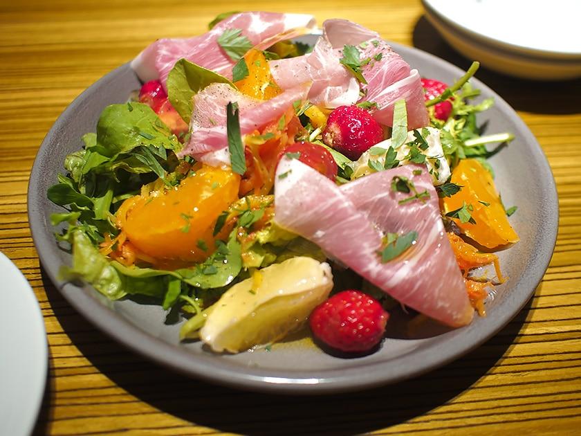 生BIERLOVENハムと季節のフルーツサラダ